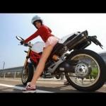 バイクにまたがるミニスカ美女のスタイルが良すぎると話題に!