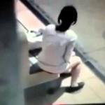 女の子がベンチでこっそりとウンコを漏らす衝撃映像!