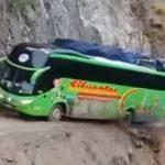【海外】道幅ギリギリの崖っぷちを大型バスで走破するキチガイ動画集